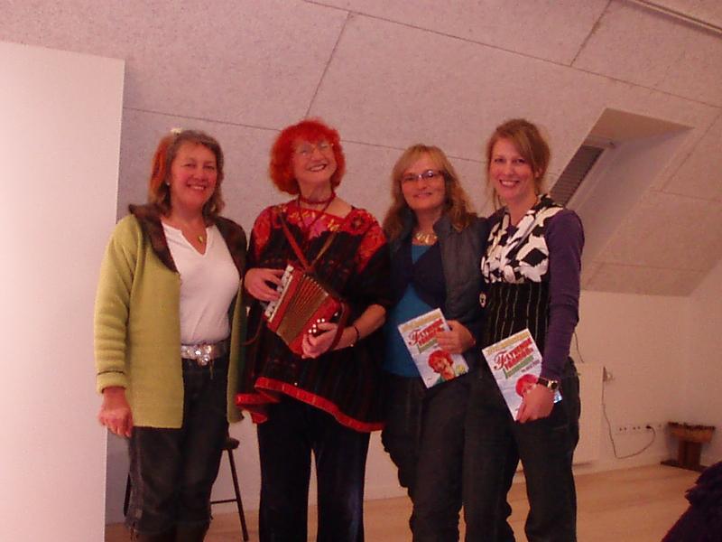 """Den 5. december 2008 besøgte Jytte Abildstrøm Lyngvej 16, hvor hun læste højt af sin nye bog """"Flyvende Farmors Julekalender til hele året"""". Her ses hun sammen med nogle af tilhørerne."""