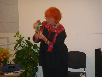 """Den 17. august 2009underholdt og talte Jytte Abildstrøm ud fra emnet """"Hvor får vi kræfterne fra?"""". Det var en livlig aften, som inspirerede og gjorde indtryk på tilhørerne - en aften med højtlæsning, spændende dialog, dukkespil, fællessang og meget mere, og hvor Jytte Abildstrømspillede både på harmonika og på sav"""