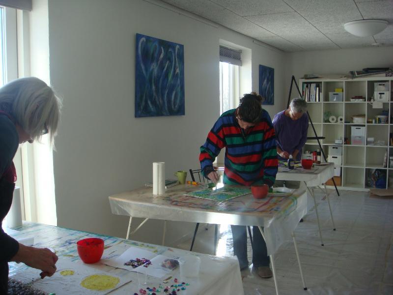 Den 6. - 7. marts 2010 var der Flydende Farver malekursus.Med meditation, masser af energi og mange forskellige materialer var der alle muligheder for at udtrykke sin kreativitet, og der blev skabt mange skønne billeder.