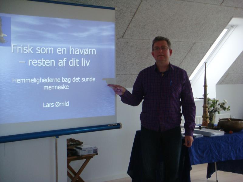 Den 27. maj holdt Lars Ørrild et meget spændende foredrag:Frisk som en havørn - resten af dit liv.Det var utrolig inspirerende at høre, og Lars Ørrild demonstrerede, hvordan vibrationel kinesiologi kan genoprette ubalancer i den fysiske krop.